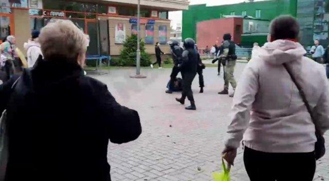 В Гродно протестующие отстояли своего соратника