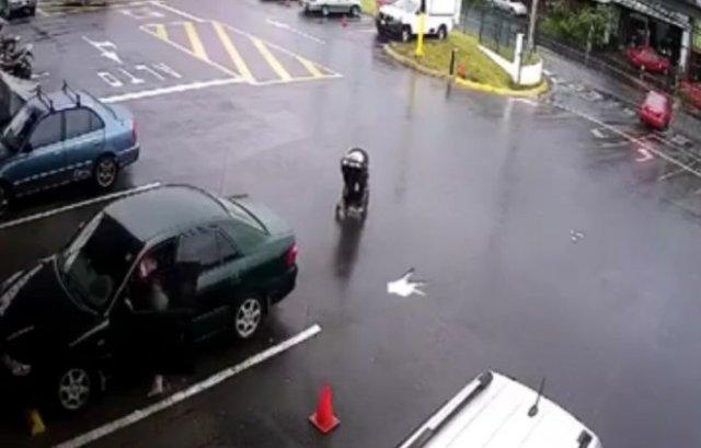 Ребенок в коляске укатился на дорогу от невнимательной матери