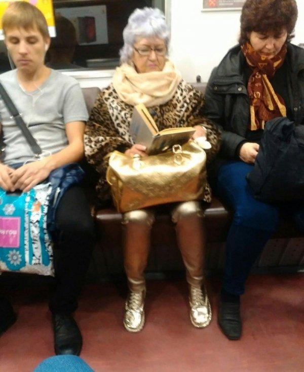 женщина с золотой сумкой