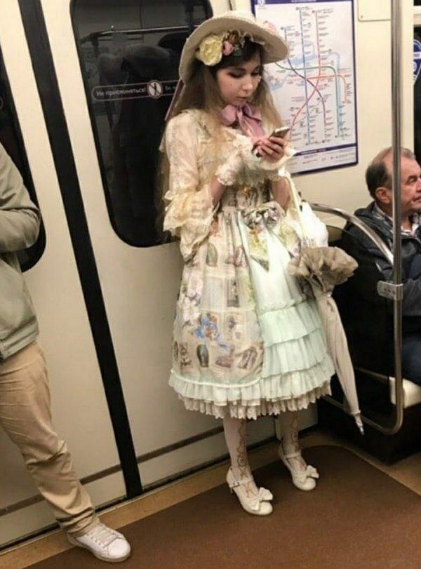 девушка в старом платье