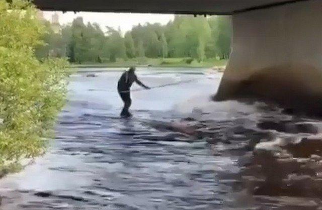 Дед плывет по реке