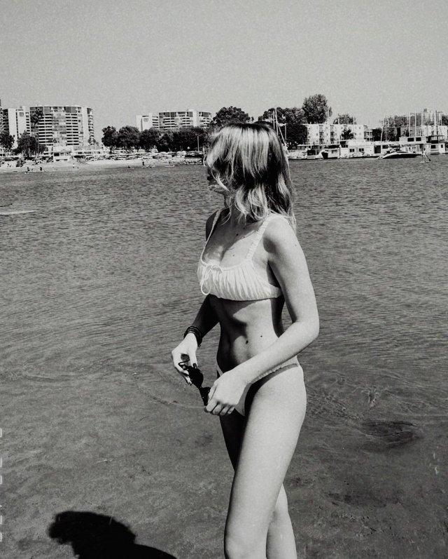 Соня Киперман, дочь Веры Брежневой, в белом купальнике на фоне море