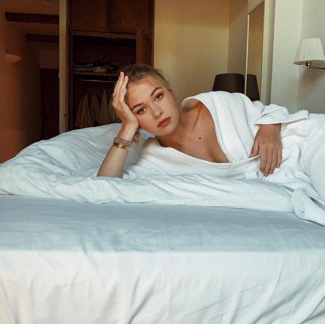 Соня Киперман, дочь Веры Брежневой, лежит в халате на постели