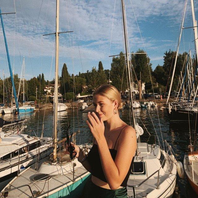 Соня Киперман, дочь Веры Брежневой, в черном платье на фоне яхт
