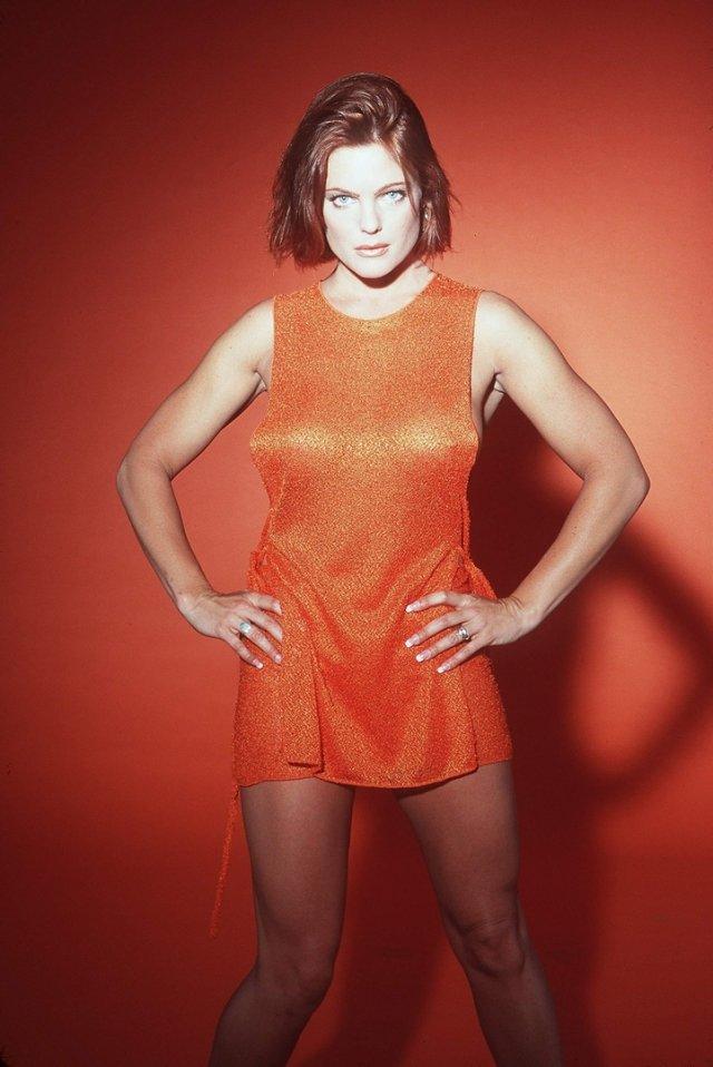 Эрика Элениак в оранжевом платье