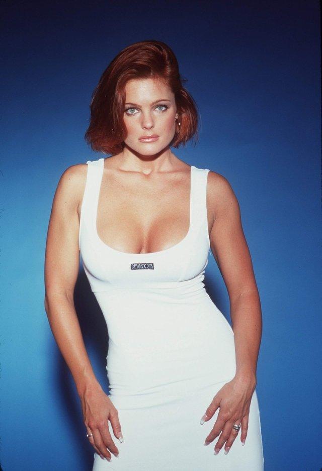 Эрика Элениак в белом платье на синем фоне