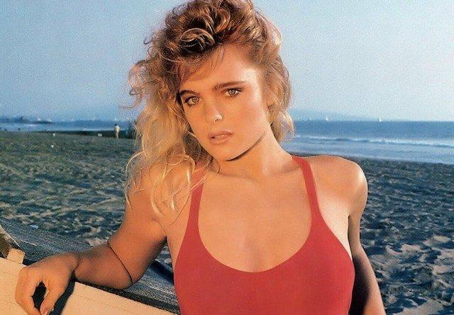 Эрика Элениак в красном купальнике на берегу