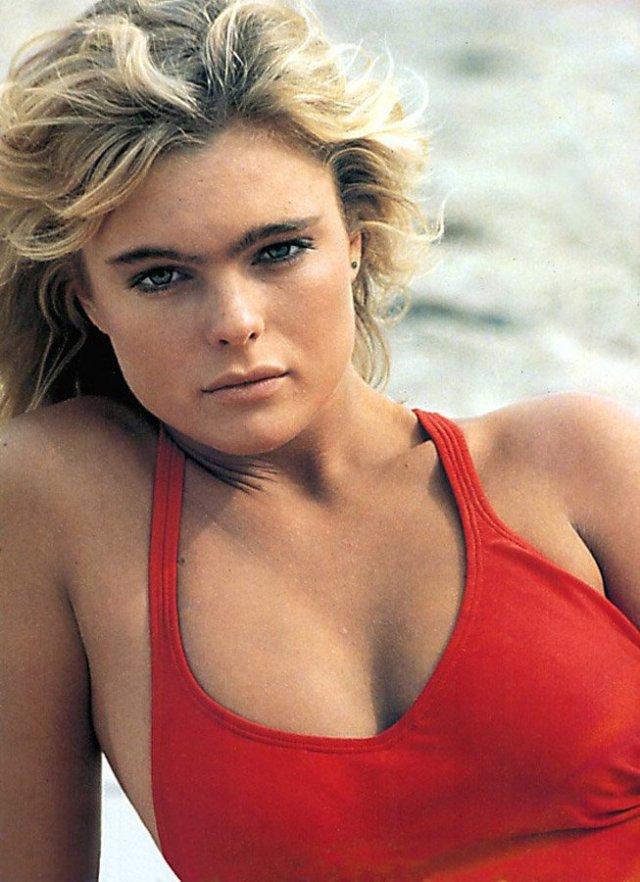 Эрика Элениак в красном купальнике на пляже