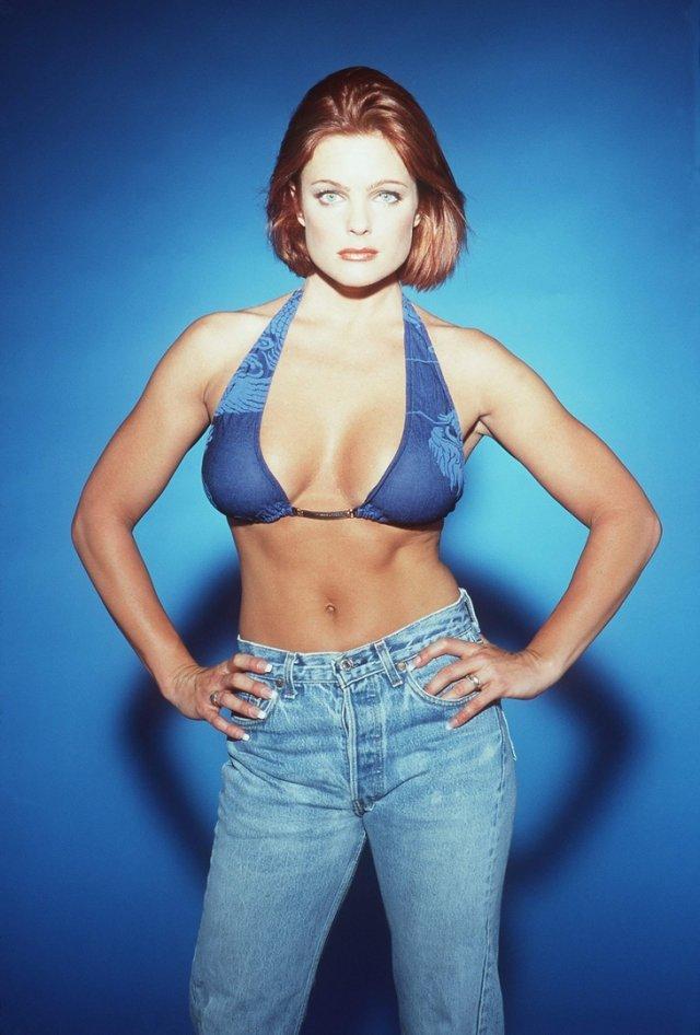 Эрика Элениак в синем купальнике и джинсах