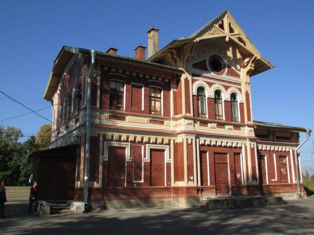 вокзал станции Можайская (бывшая Дудергоф) в Ленинградской области. Возведён около 1899 года.