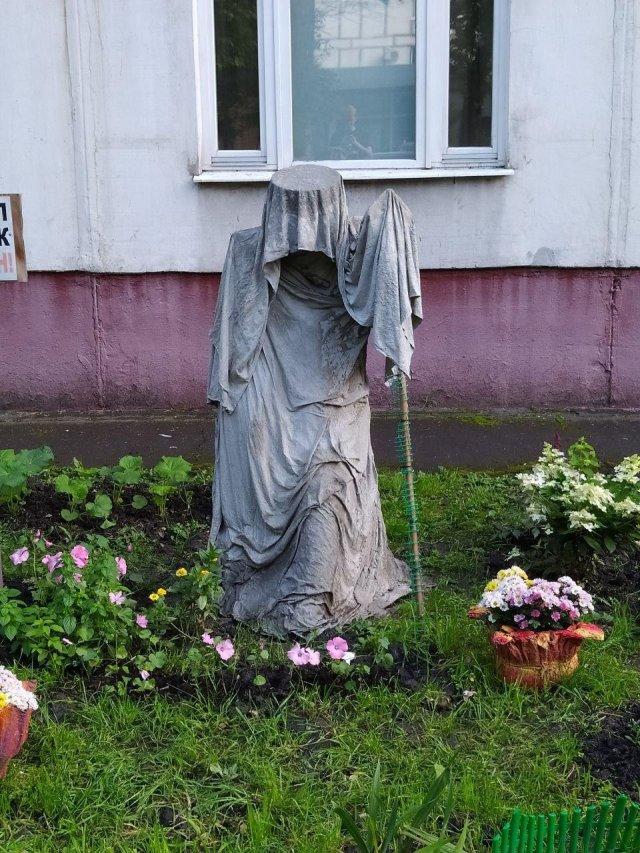 Новый уровень благоустройства дворов России - готическая статуя.