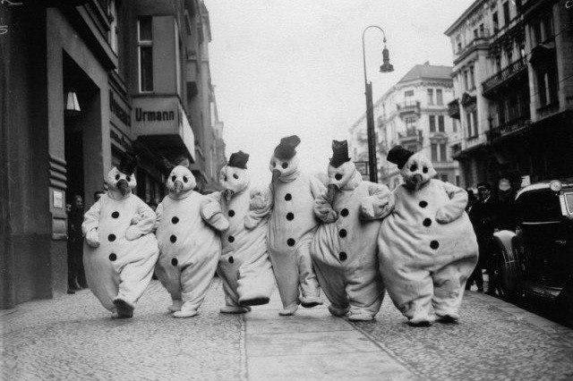 Группа снеговиков прогуливается по улице в Берлине, 1932