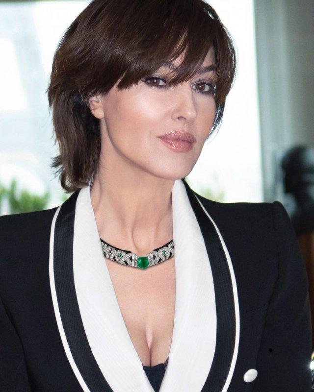 Моника Беллуччи в черном пиджаке