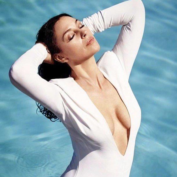 Моника Беллуччи в белом платье у воды