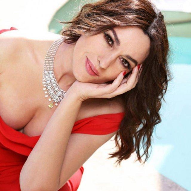 Моника Беллуччи в красном платье с декольте