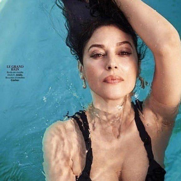 Моника Беллуччи в черном купальнике