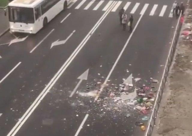 """В Санкт-Петербурге девушка решила устроить """"генеральную уборку"""" и принялась выкидывать вещи из окна"""
