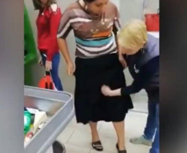 Чуть не вынесла под юбкой целую корзинку продуктов