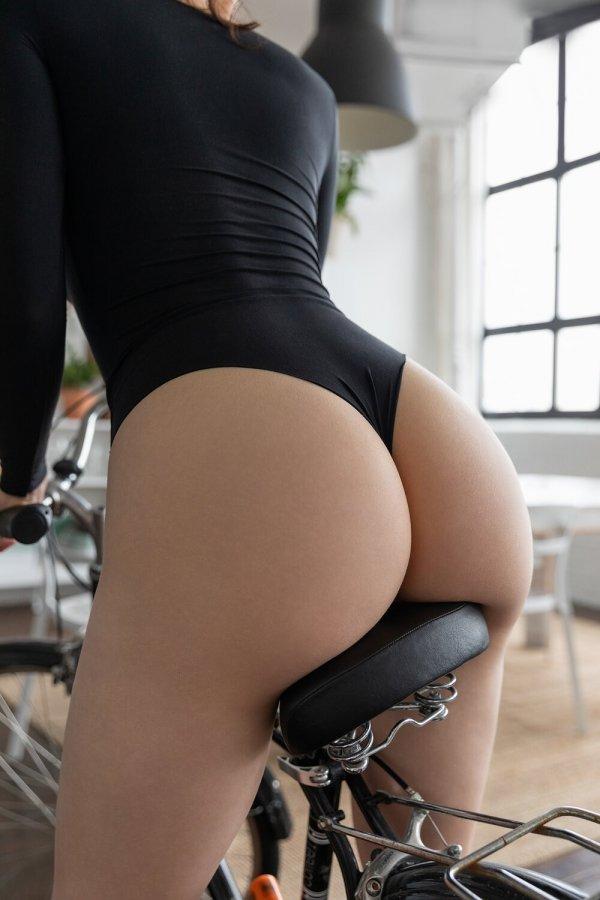 девушка в черном боди