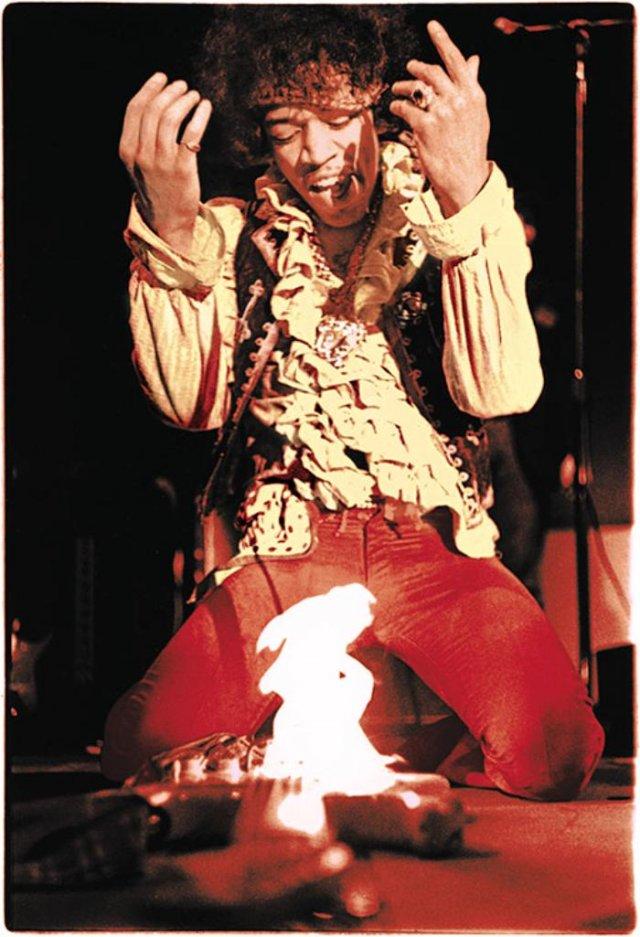 Джимми Хендрикс поджигает гитару на фестивале в Монтерее, 1967 год, США