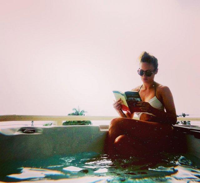 Бри Ларсон в купальнике читает книгу