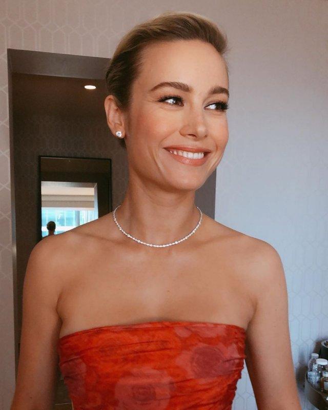 Бри Ларсон в красном платье и ожерелье