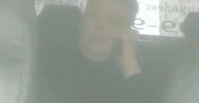 Мужчина в такси разговаривает по телефону