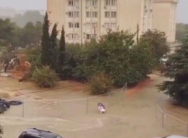 В Крыму парень спас пожилую женщину, попавшую в западню из-за наводнения