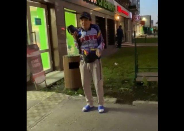 """""""Блатной"""" мужик радует прохожих шансоном, стоя у супермаркета"""