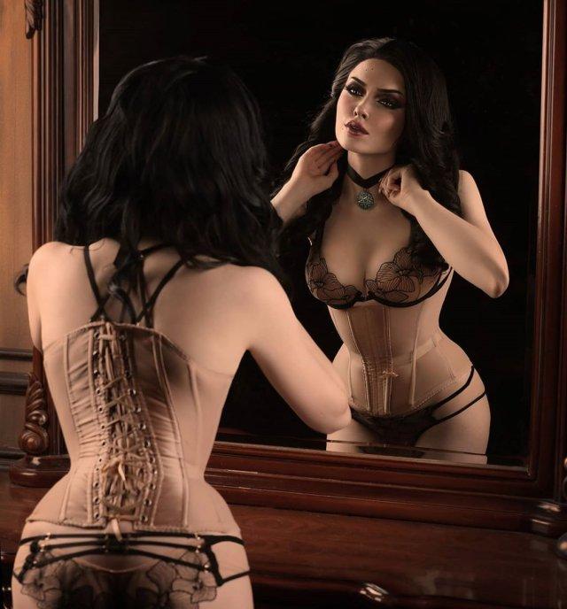 Илона Бугаева - косплеер из Петербурга в комбинации в зеркале