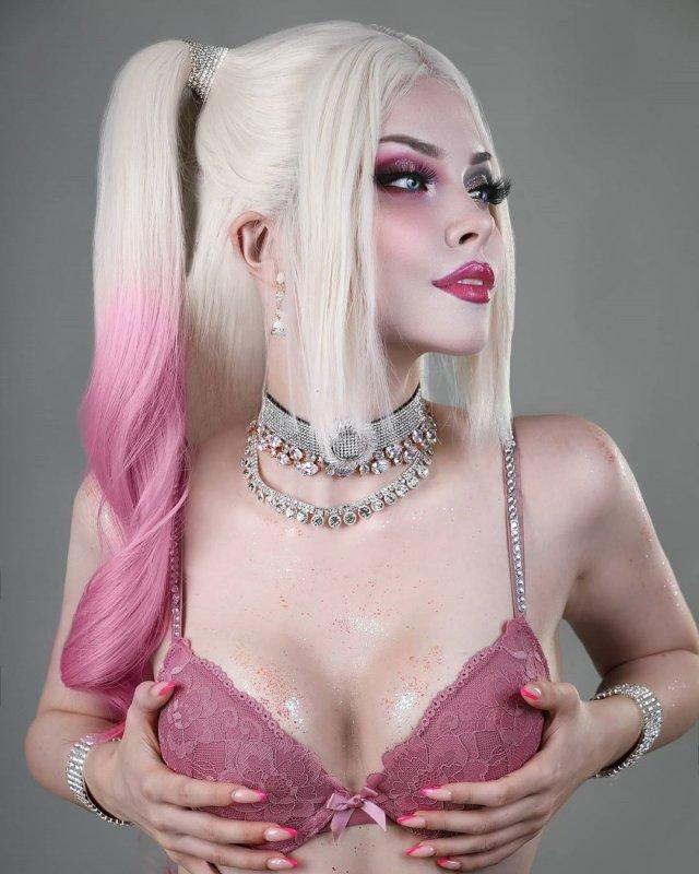 Илона Бугаева - косплеер из Петербурга в розовом нижнем белье