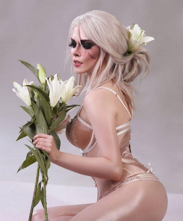 Илона Бугаева - косплеер из Петербурга с цветами и белом нижнем белье