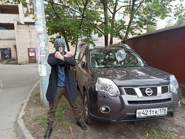 Мститель в маске из Петербурга наказал нарушителей правил парковки