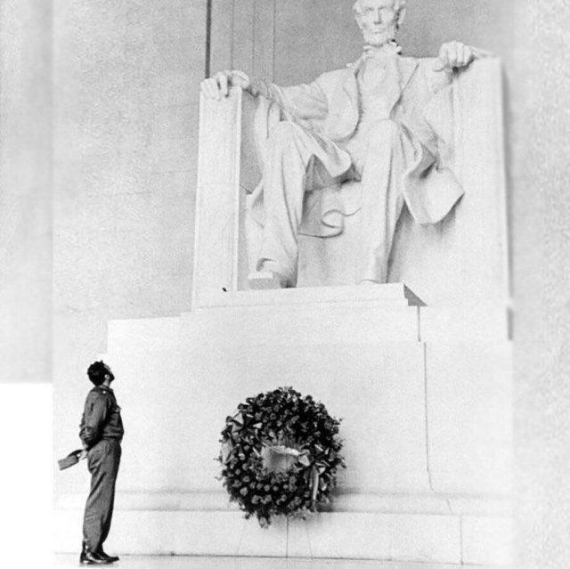 Фидель Кастро возложил венок на Мемориал Линкольна. 1959 год.