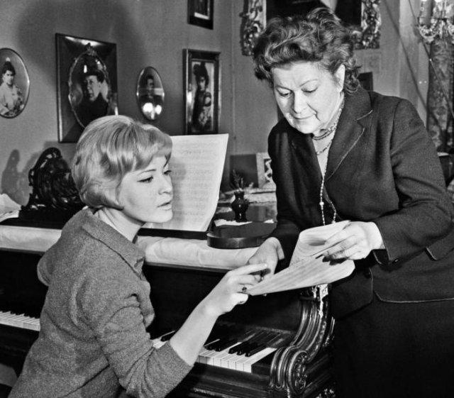 Людмила Максакова с матерью Марией Петровной в своей квартире, 1964 год, Москва