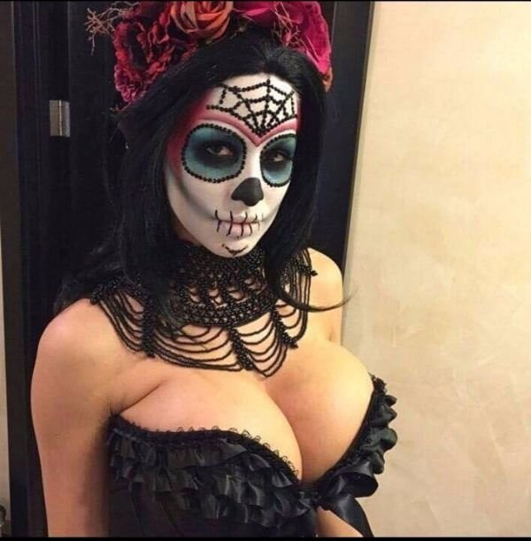 Девушки хвастаются откровенными нарядами к Хэллоуину