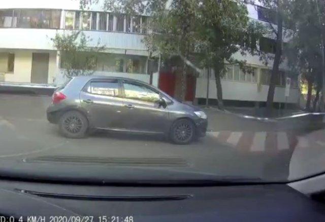 """""""Леша, я все оплачу!"""": Неудачная попытка научить девушку управлять машиной"""