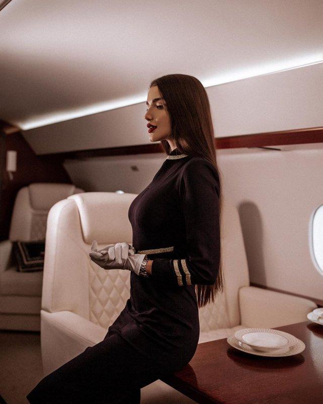 Стюардесса Алена Глухова в форме в самолете