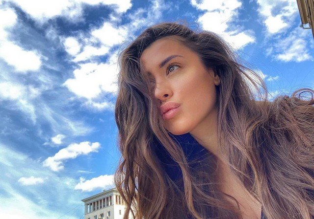 Новая девушка Ильи Прускина из Little Big - Ксения Красовская  на улице с распущенными волосами