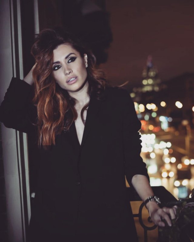 Новая девушка Ильи Прусикина из Little Big - Ксения Красовская в черном пальто на фоне Москвы