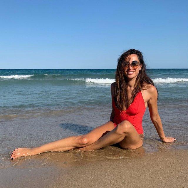 Новая девушка Ильи Прусикина из Little Big - Ксения Красовская в красном купальнике у воды