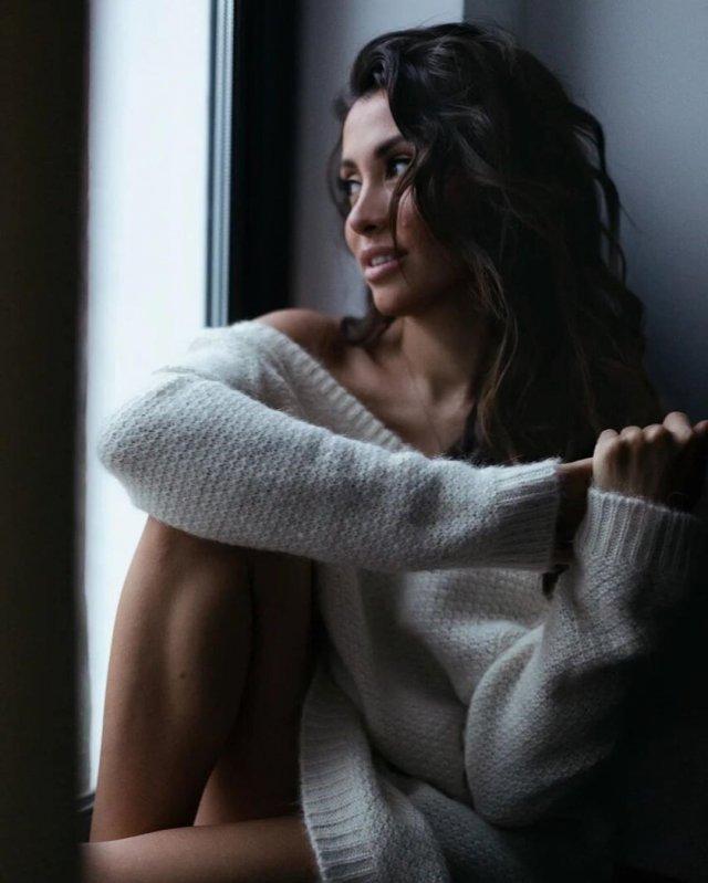 Новая девушка Ильи Прусикина из Little Big - Ксения Красовская в свитере oversize около окна