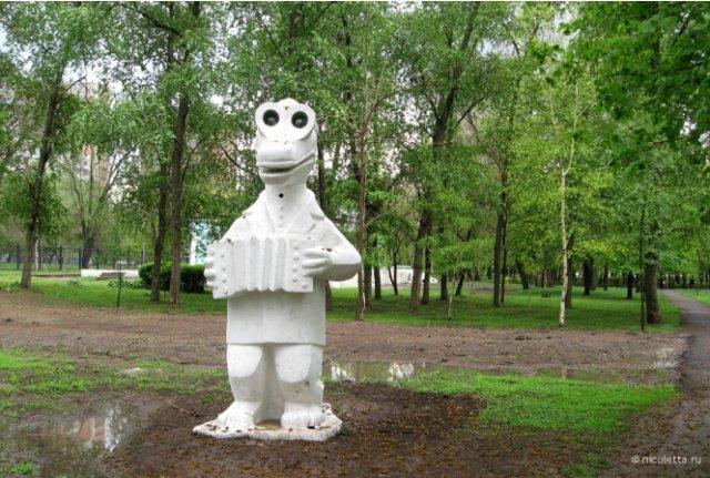 Чебурашка и крокодил Гена как украшение российских дворов
