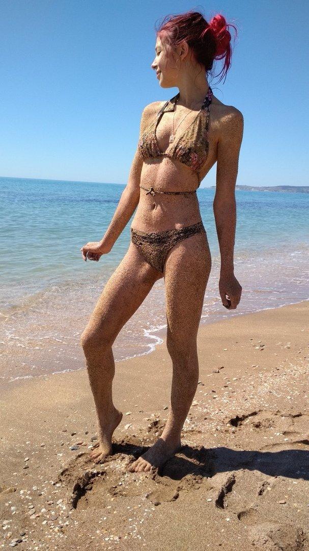Mihanika69 в купальнике на песке