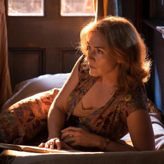 Кейт Уинслет в цветном платье на кровати