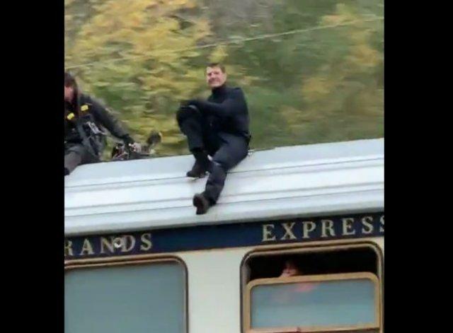В Норвегии молодые люди заметили Тома Круза, который ехать на крыше поезда