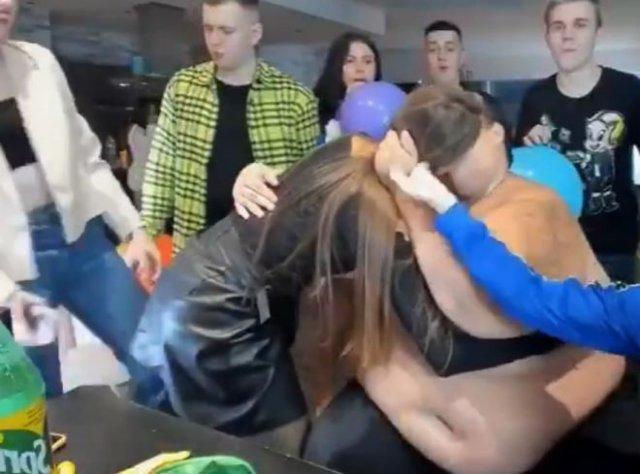 Девушки согласились за 5 000 рублей выпить текилу из пупка толстого парня и поцеловаться с ним
