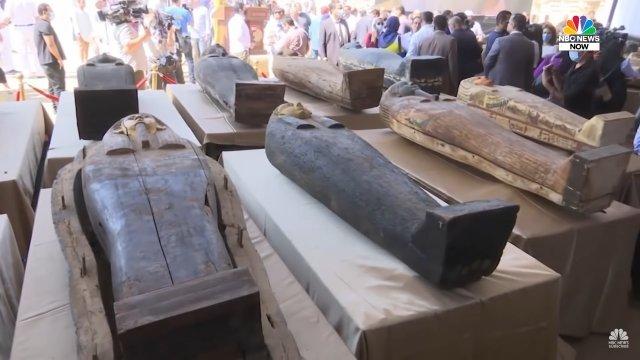 Саркофаг с 2500-летней мумией показали журналистам