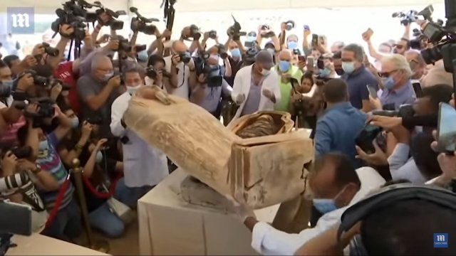 Саркофаг с 2500-летней мумией смотрят журналисты