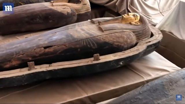 Саркофаг с 2500-летней мумией сбоку
